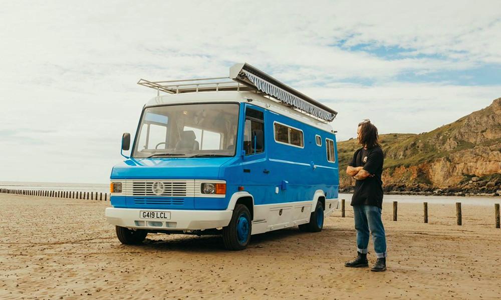 Cet Anglais a transformé son mini-bus en maison de plage à énergie solaire
