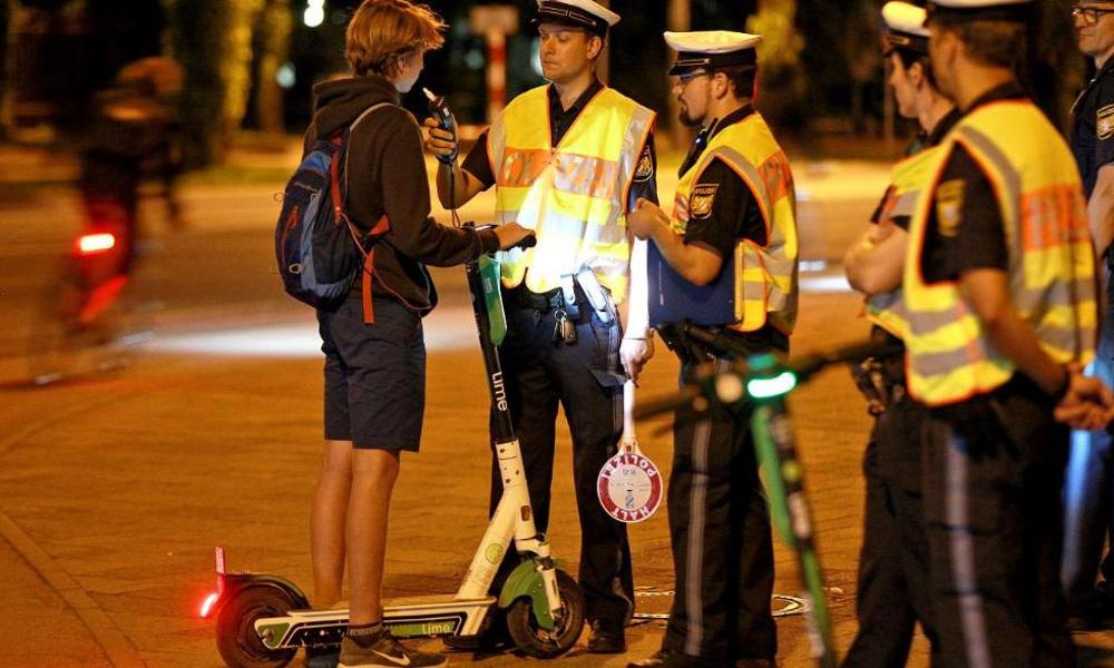 En Allemagne, l'autorisation de la trottinette sur les routes a coûté leur permis à 200 buveurs de bière