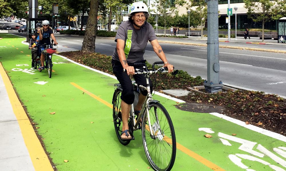 Rouen repeint ses pistes cyclables en vert flashy pour décourager les voitures de rouler dessus