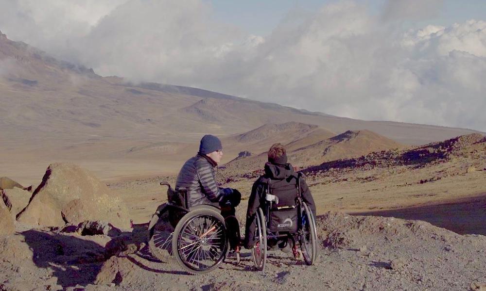 Gravir le Kilimandjaro en chaise roulante ? Pas un problème pour ces deux ados
