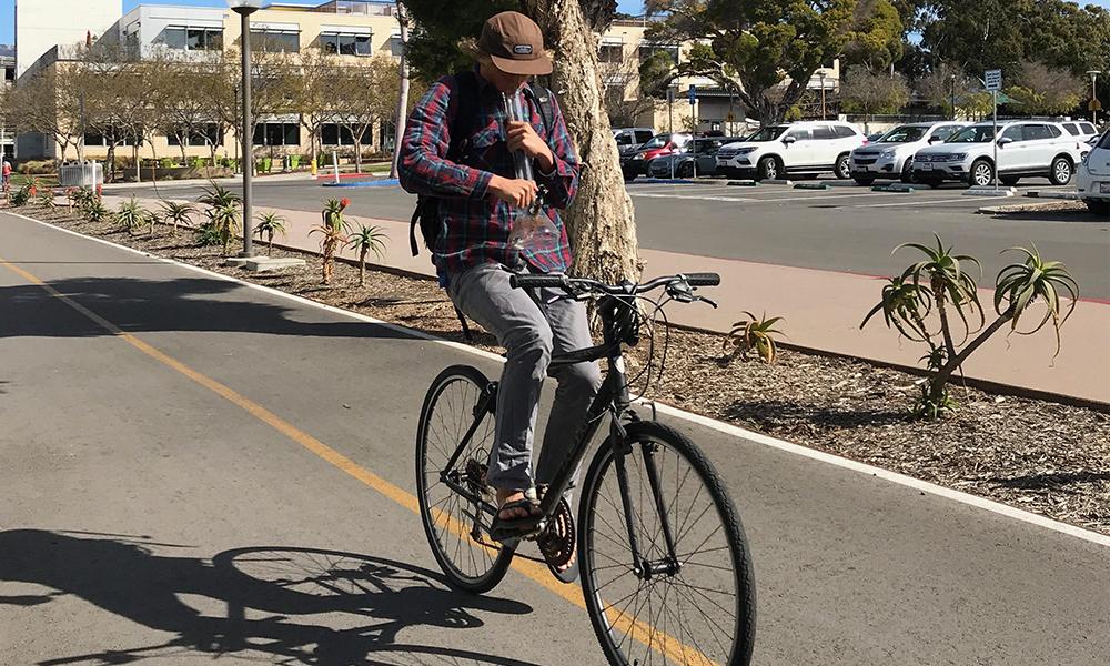 Un Anglais a fait le tour du monde à vélo en étant défoncé à la weed