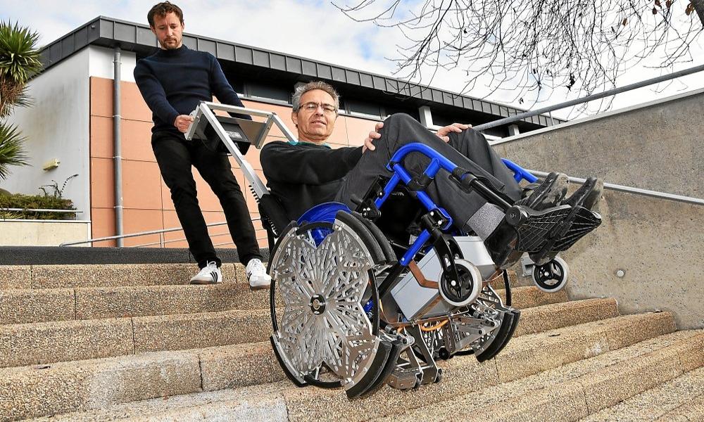 Surmonter son handicap grâce à ce fauteuil qui escalade les escaliers