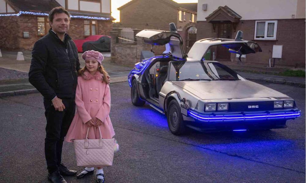 """Ce papa s'est payé la voiture de """"Retour vers le futur"""" pour amener ses enfants à l'école"""