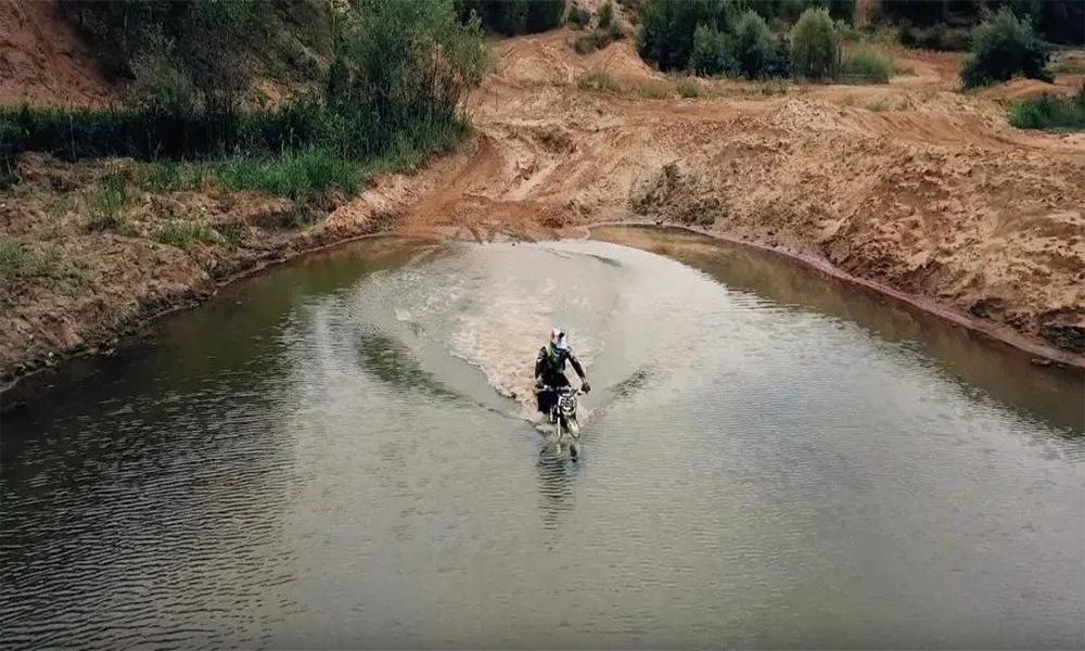 Cette moto électrique peut rouler sur l'eau