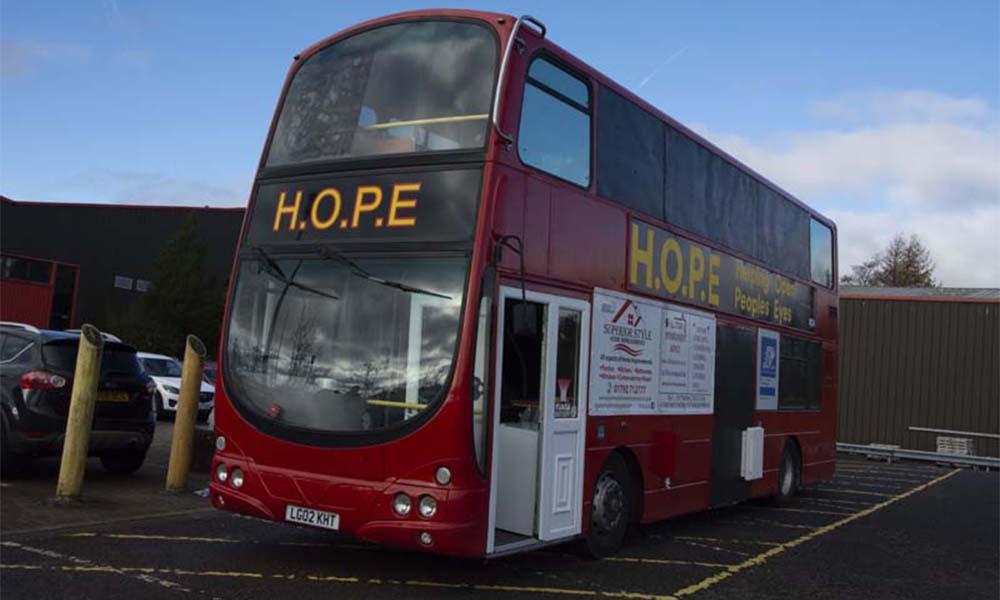 Ce bus anglais offre un toit et de la nourriture aux SDF