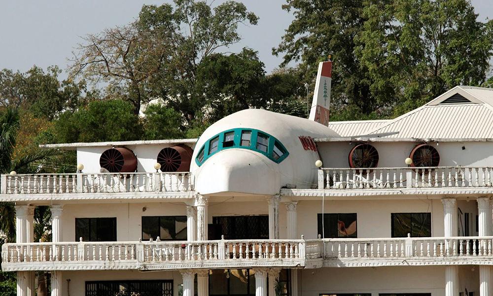 Sa femme adore voyager, il passe 20 ans à lui construire une maison en forme d'avion
