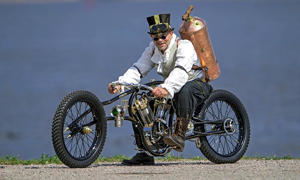 """Fan absolu de """"Mad Max"""", il fabrique une moto qui roule à l'air comprimé"""