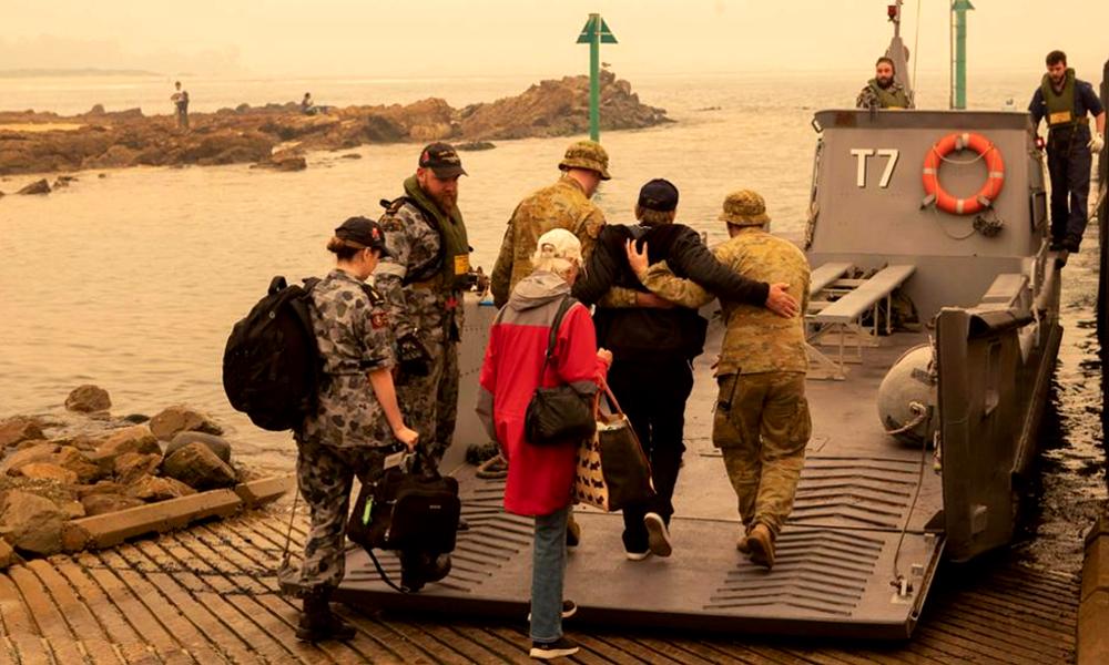 Les pompiers australiens, héros des incendies grâce à des navires de guerre