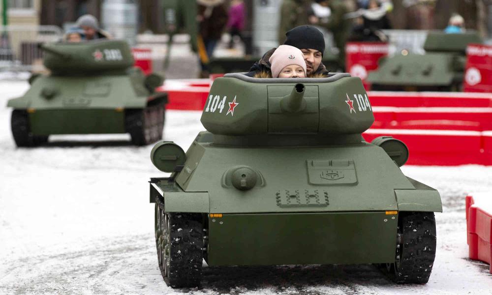 En Russie, les enfants peuvent conduire un tank le week-end