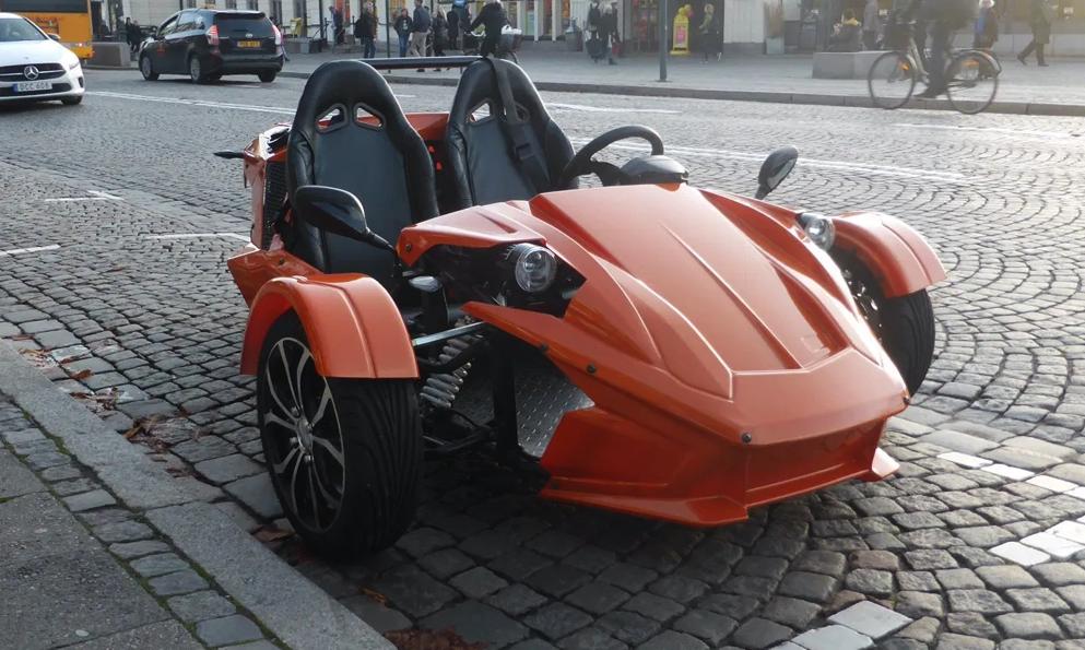 Ne sous-estimez pas ce petit tricycle électrique qui roule à 110 km/h