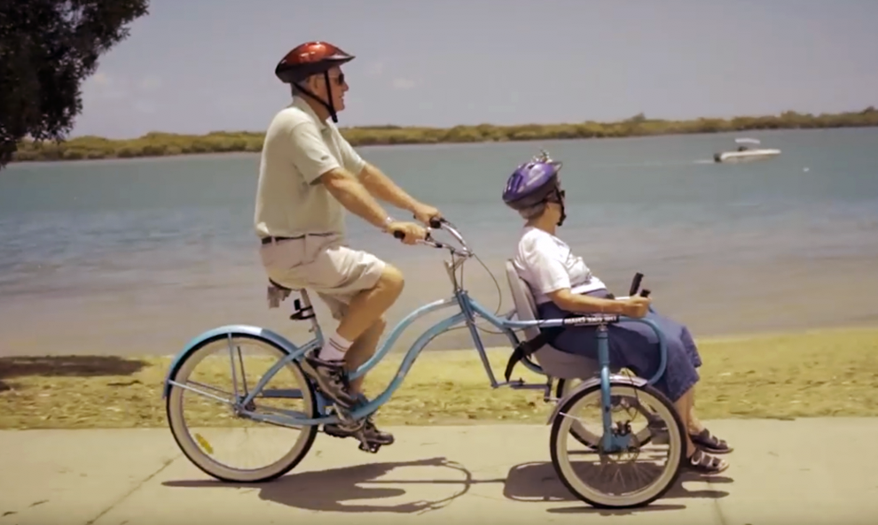Il crée un vélo chaise roulante pour aider sa femme handicapée