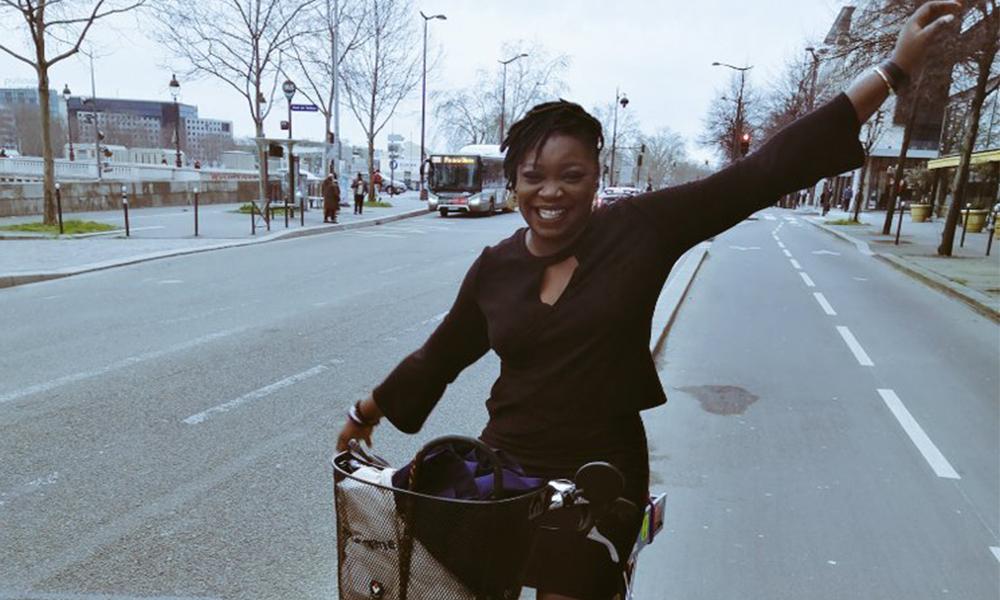 Sur Twitter, elle lance un mouvement pour encourager le port de la jupe à vélo