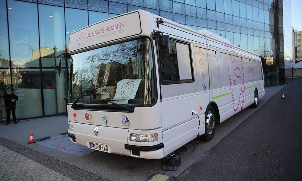 Ce bus sillonne l'Île-de-France pour soigner gratuitement les femmes dans le besoin
