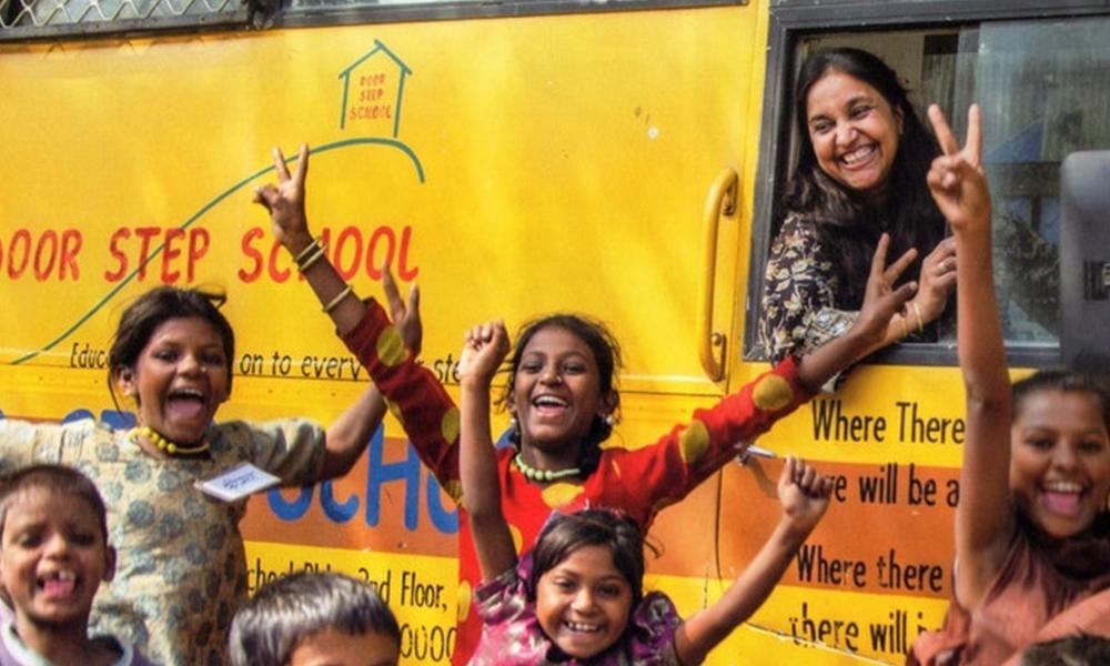 Ce bus-école parcourt l'Inde pour apprendre aux enfants à lire et à écrire
