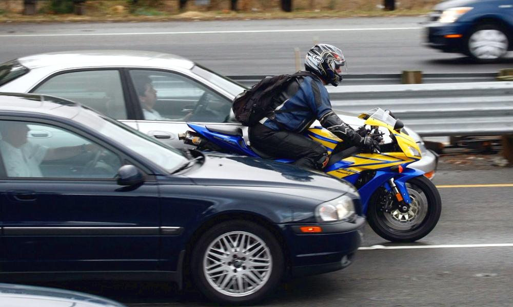 Dans ces départements, les motos ont le droit de circuler entre les voitures