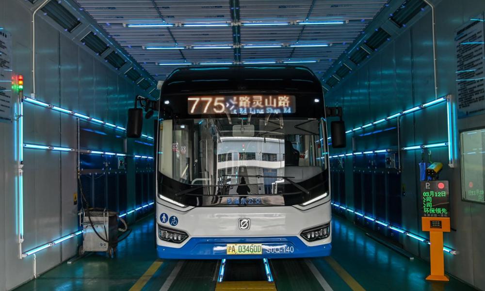 Coronavirus : ce tunnel à UV désinfecte un bus en 5 minutes chrono