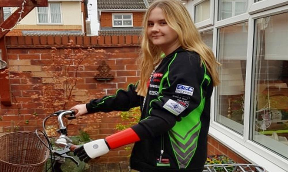 Cette adolescente peut enfin faire du vélo grâce à son bras bionique