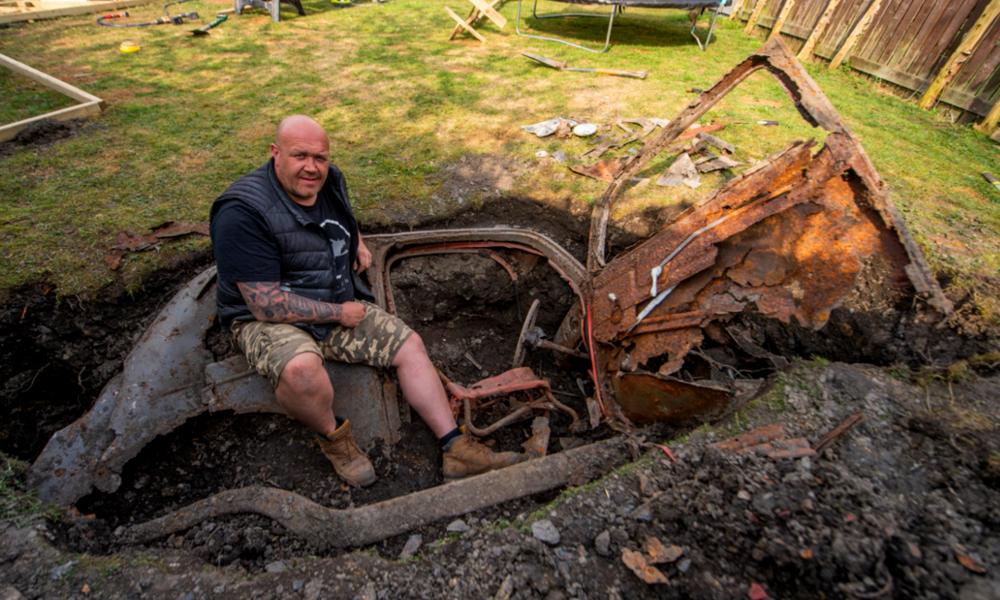 Grâce au confinement, il découvre une voiture mythique enterrée dans son jardin