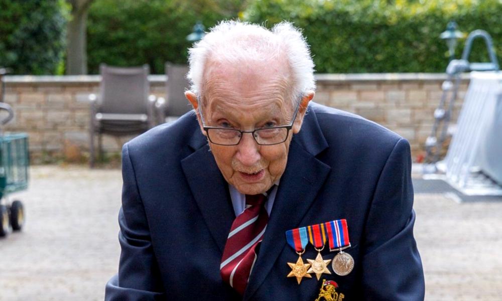 À 100 ans, il collecte 13 millions d'euros pour les soignants avec un marathon chez lui