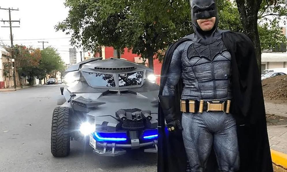 Déguisé en Batman, il sillonne les rues pour forcer les gens à rester chez eux