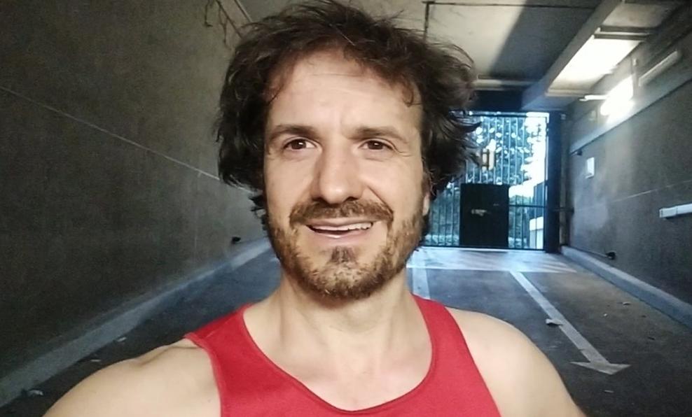 Ce Français confiné court des marathons… dans son parking souterrain