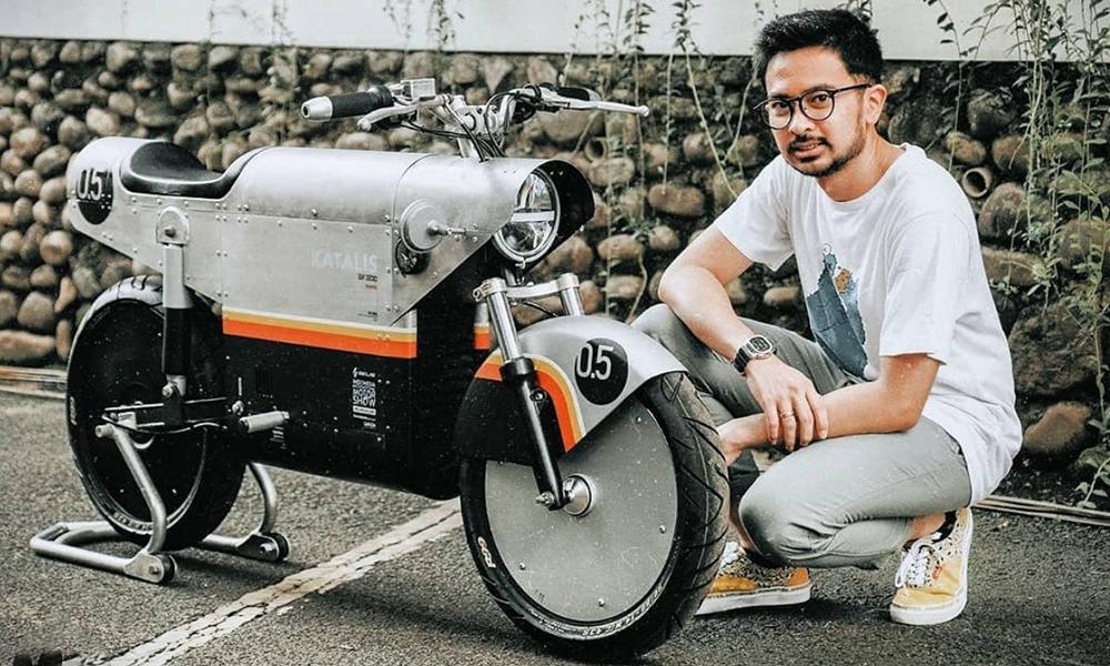 Des Indonésiens inventent une moto électrique qui va tout écraser