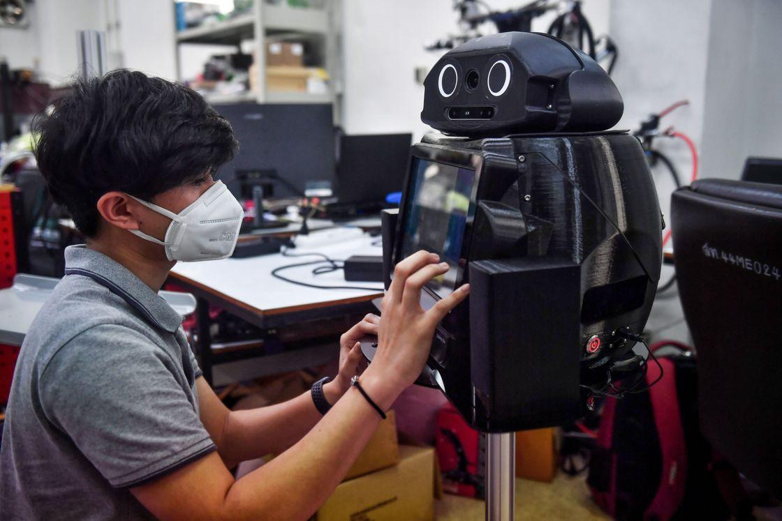 "COVID-19 : en Thaïlande, ces robots ""ninja"" veillent sur les malades"
