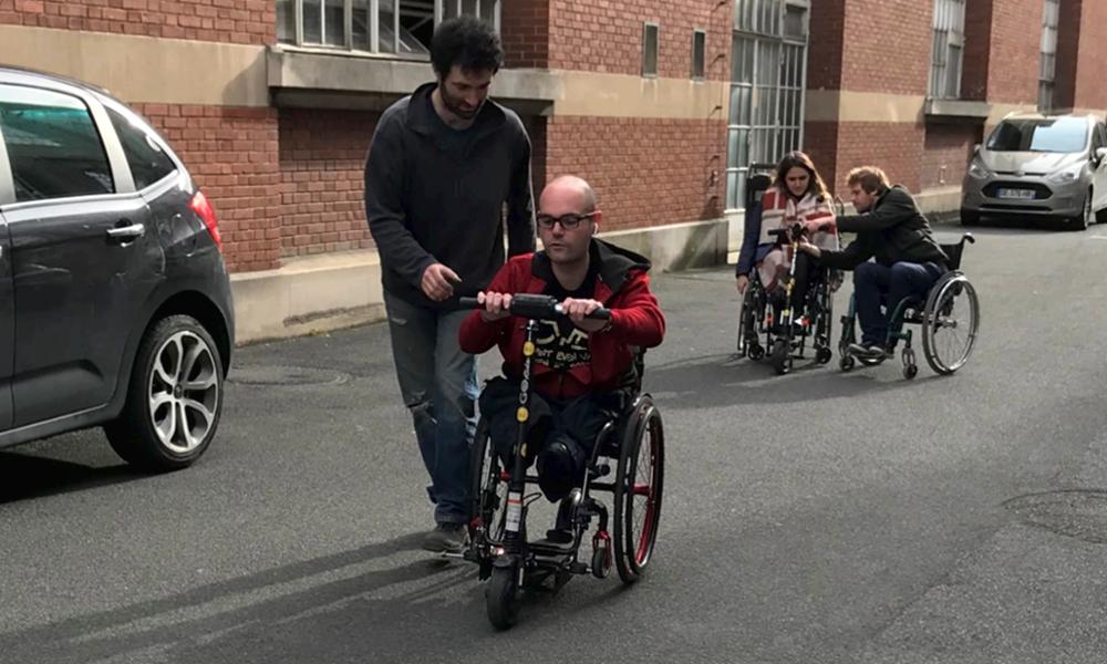 Ce fauteuil roulant se fixe sur n'importe quelle trottinette électrique