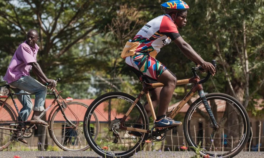 Cet homme répare les vieux vélos rouillés avec du bambou