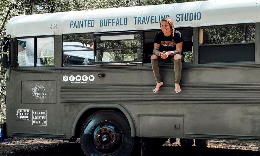 Elle transforme un bus en atelier d'art pour les anciens militaires