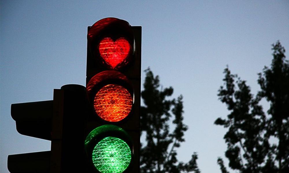À Vannes, des feux rouges sont en forme de cœur (et on sait enfin pourquoi)