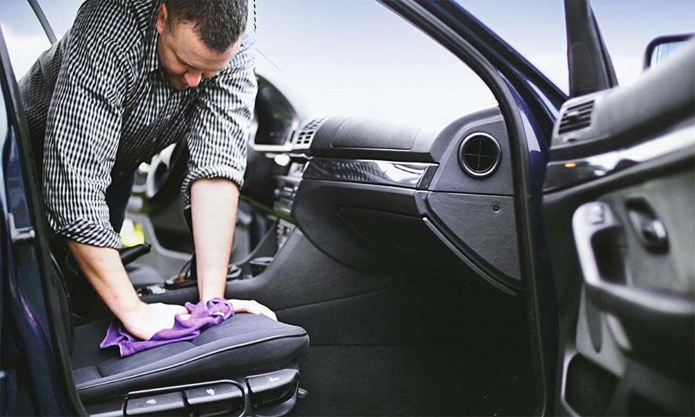 Comment nettoyer sa voiture pour éliminer toute trace du COVID-19 ?