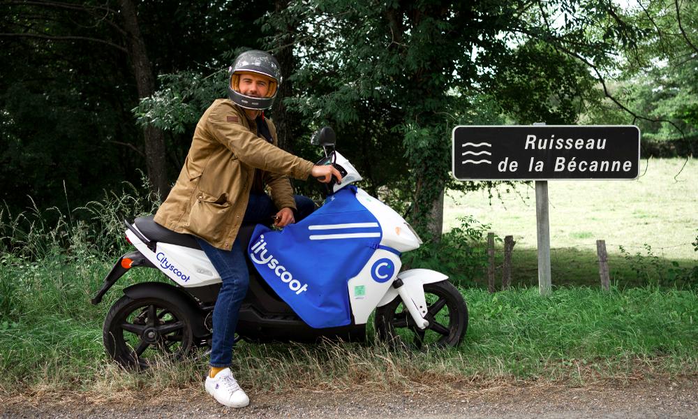 Cet homme a fait 1100 km en scooter électrique pour livrer des desserts