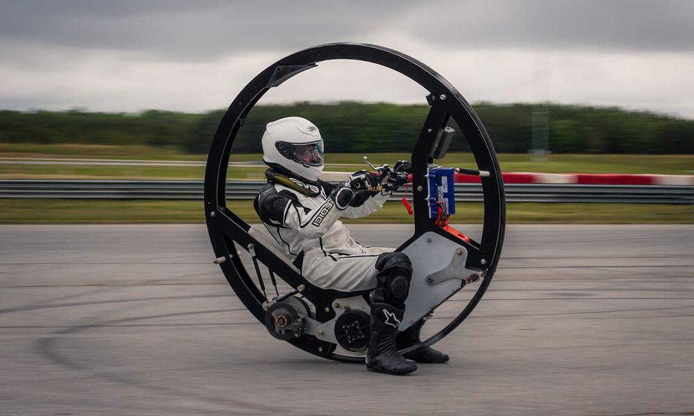 Qui veut rouler à 110 km/h dans cette moto-roue ?
