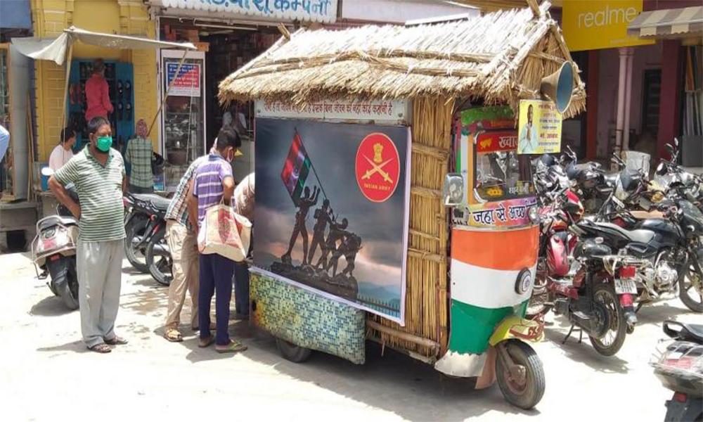 Cet indien a transformé son tuk-tuk solaire en distributeur d'eau