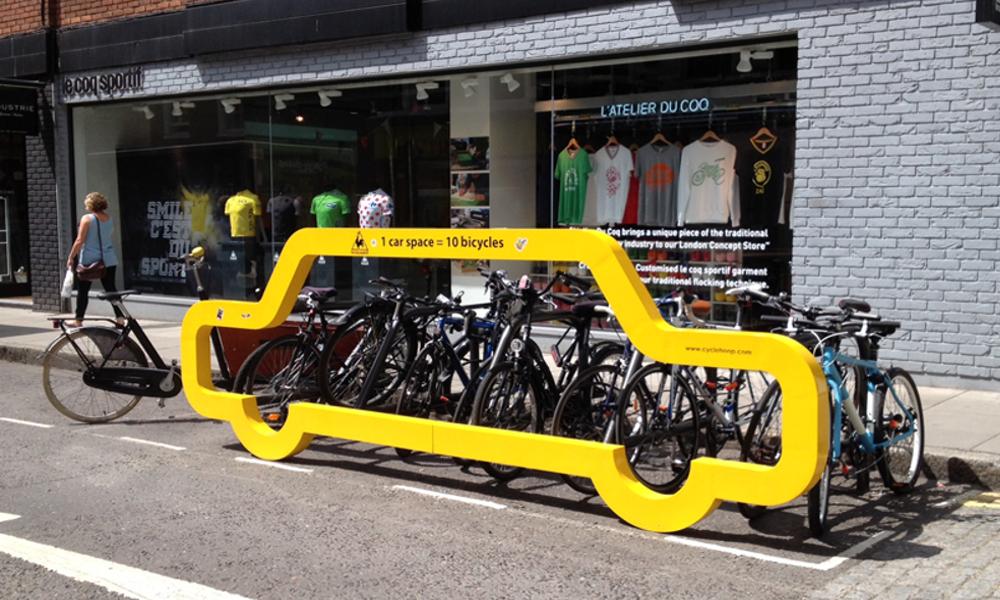 À Bruxelles, des parkings à vélo en forme de voiture pour sensibiliser la population