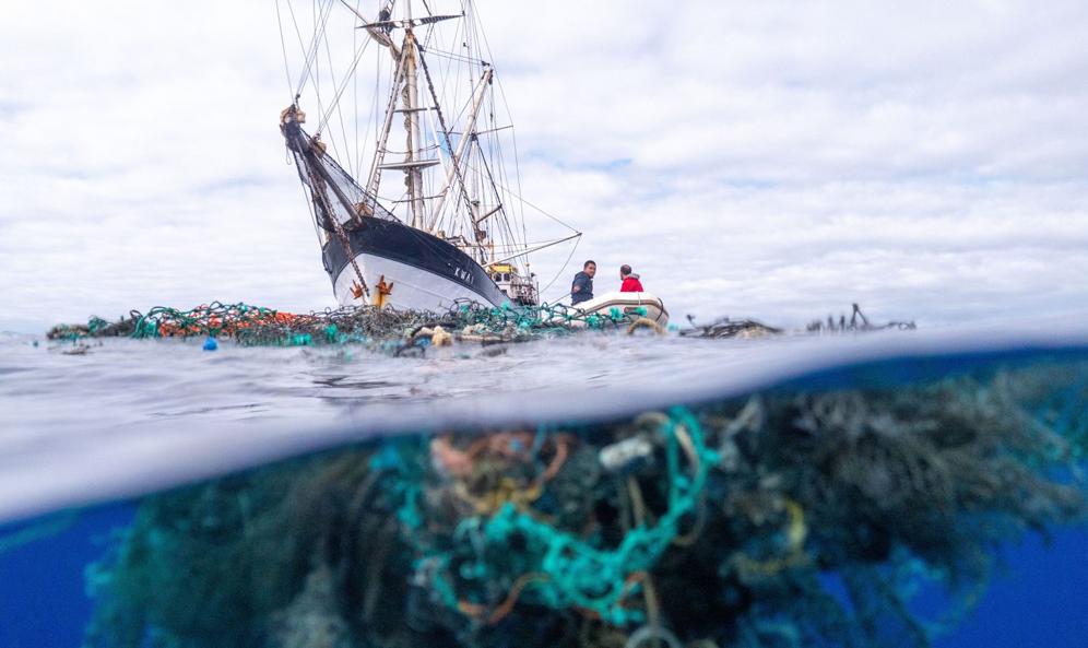 Record du monde : ils repêchent 103 tonnes de déchets plastiques dans l'océan