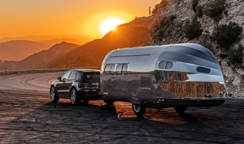 Plus jamais de panne d'essence : cette caravane recharge votre voiture