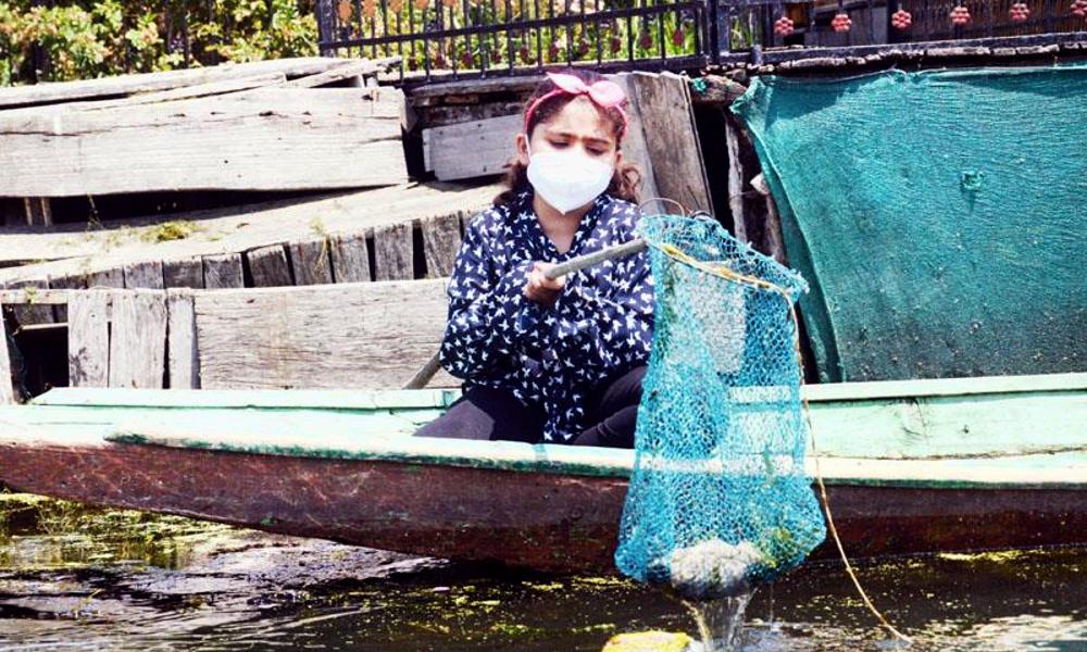 À 7 ans, elle nettoie tous les jours un lac pollué par les touristes