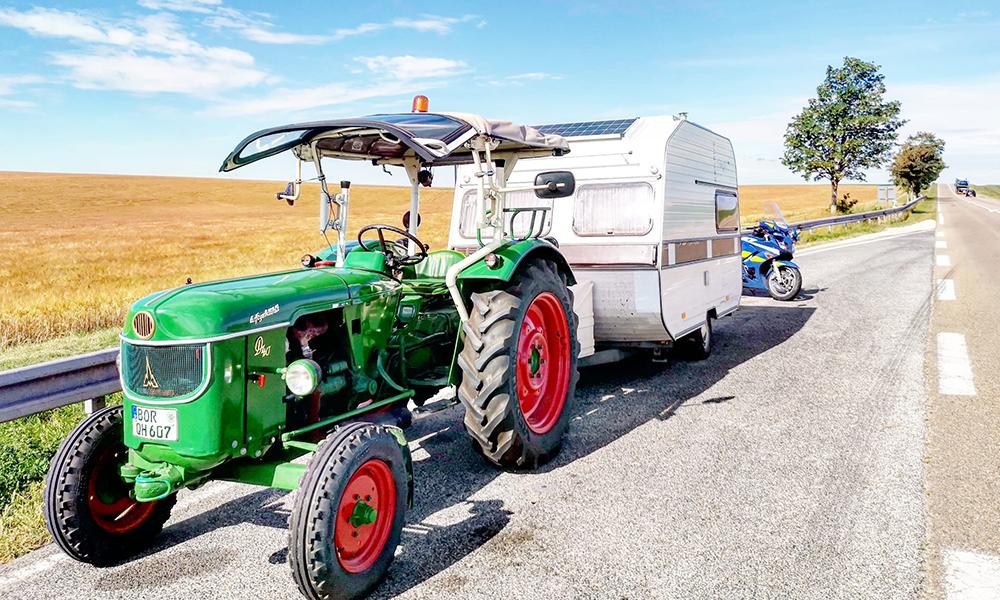 Il parcourt la France à bord d'un tracteur-caravane, juste pour le fun