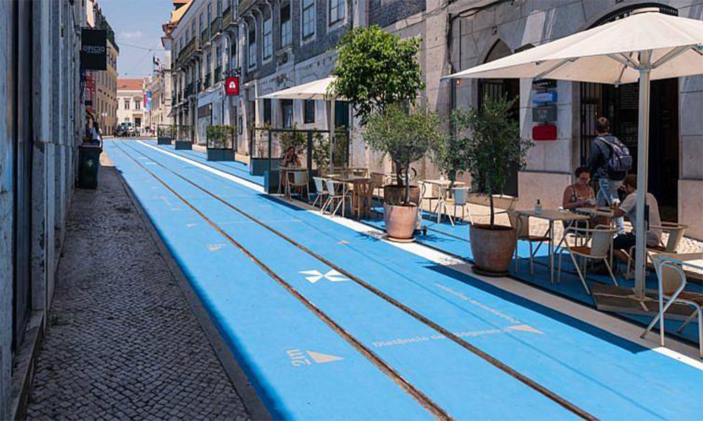 À Lisbonne, les rues piétonnes sont intégralement repeintes en bleu