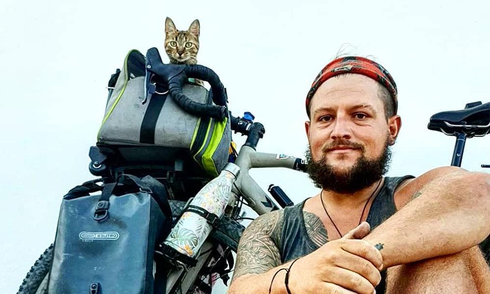 Depuis 2 ans, il fait le tour du monde à vélo… avec son chat sur le dos