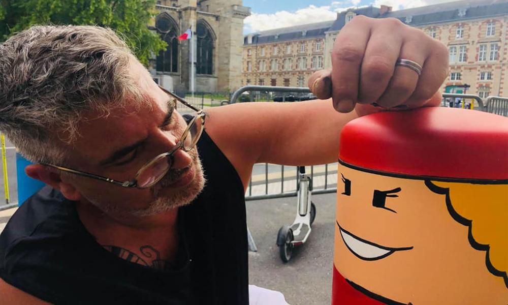 Pour redonner des couleurs aux villes, ce street artist repeint les poteaux