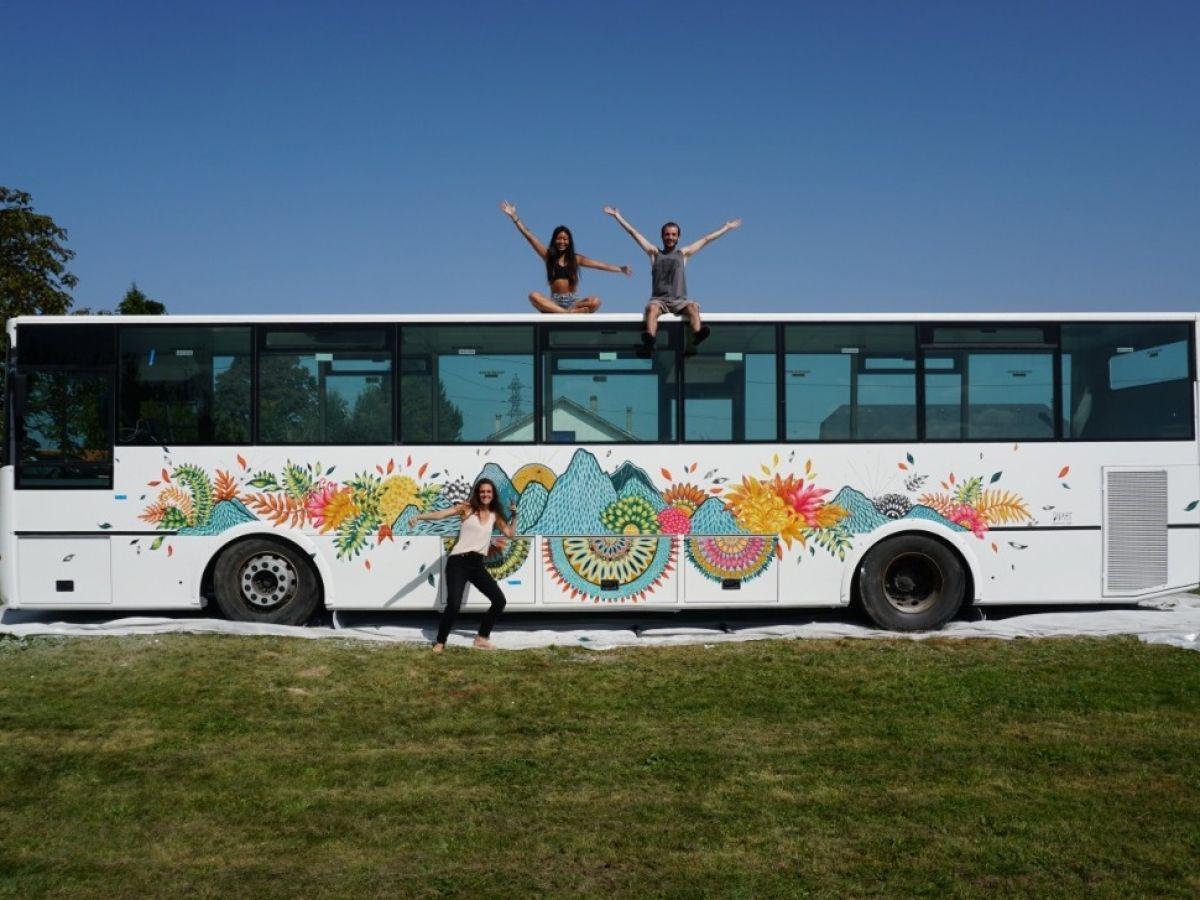 Cette Toulousaine a transformé un bus en auberge de jeunesse itinérante