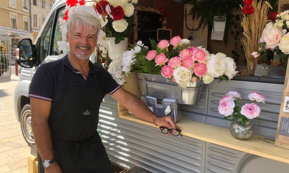 """Contraint de fermer sa boutique, il lance un """"food truck de fleurs"""""""