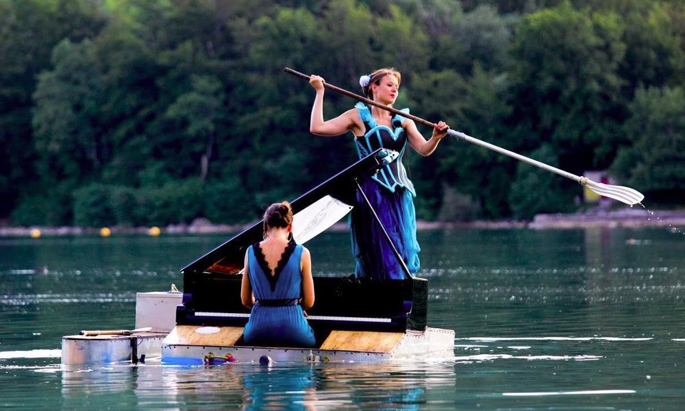 Elles transforment un piano en bateau pour des concerts aquatiques