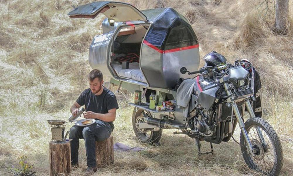 Fan de voyages en solitaire, il transforme sa moto en camping-car