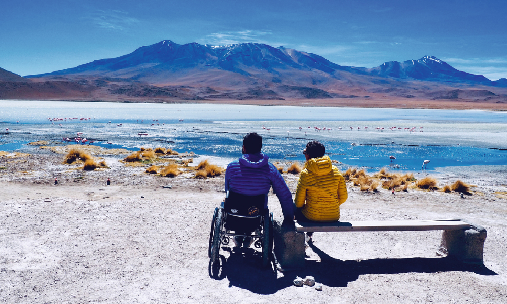 Rescapé des attentats du Bataclan, il fait le tour du monde en fauteuil roulant