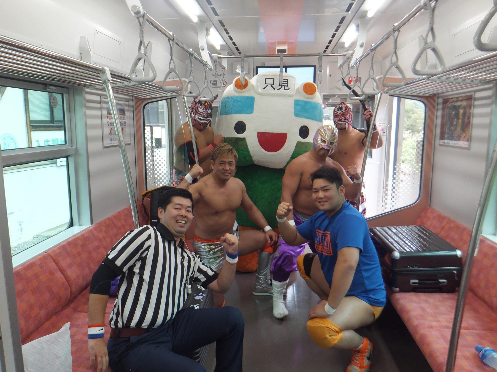 Au Japon, on organise des matchs de catch à bord des trains