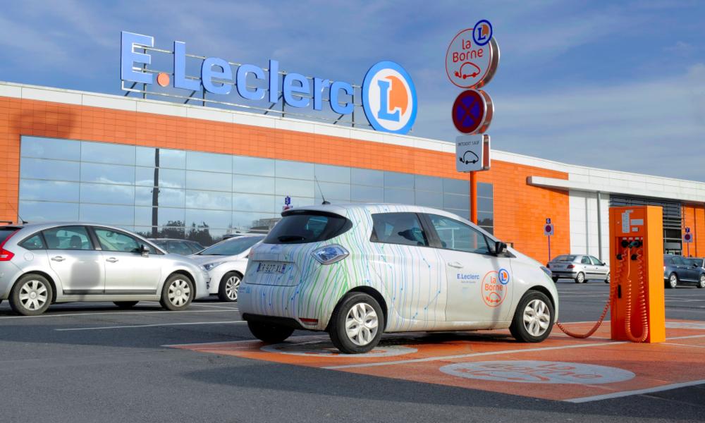 Leclerc annonce 10 000 bornes de recharge en plus dans ses supermarchés